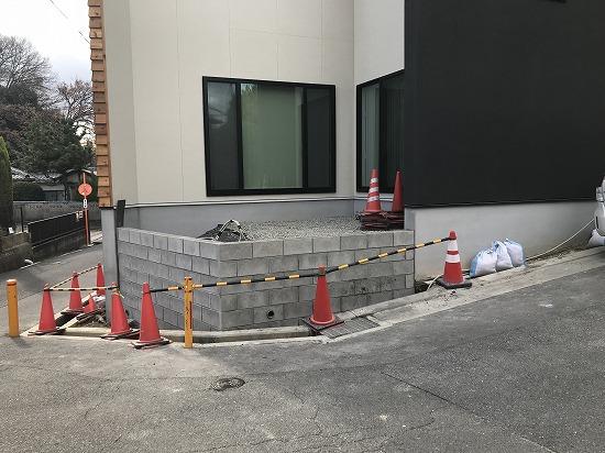枚方市外構ブロック積工事中です。