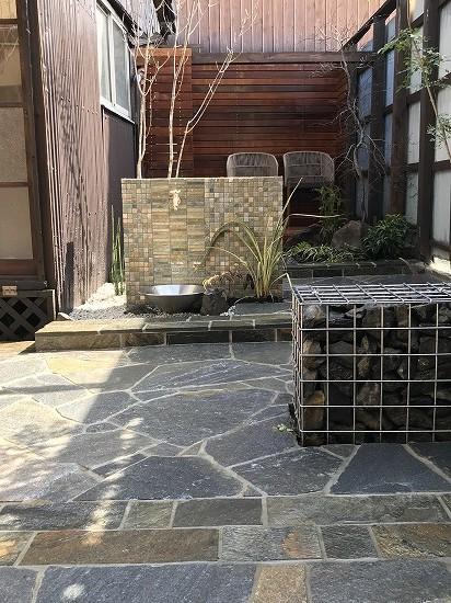 天然石貼り庭画像です。