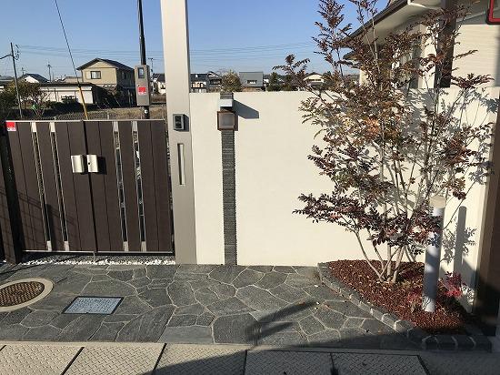 汚れた門柱をタイル貼に変更します。